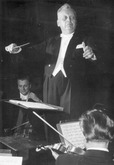 Hermann ABENDROTH à Weimar en 1956 (voir par exemple https://mandadb.hu/tetel/465932/Hermann_Abendroth_karmester_Weimar_1956)