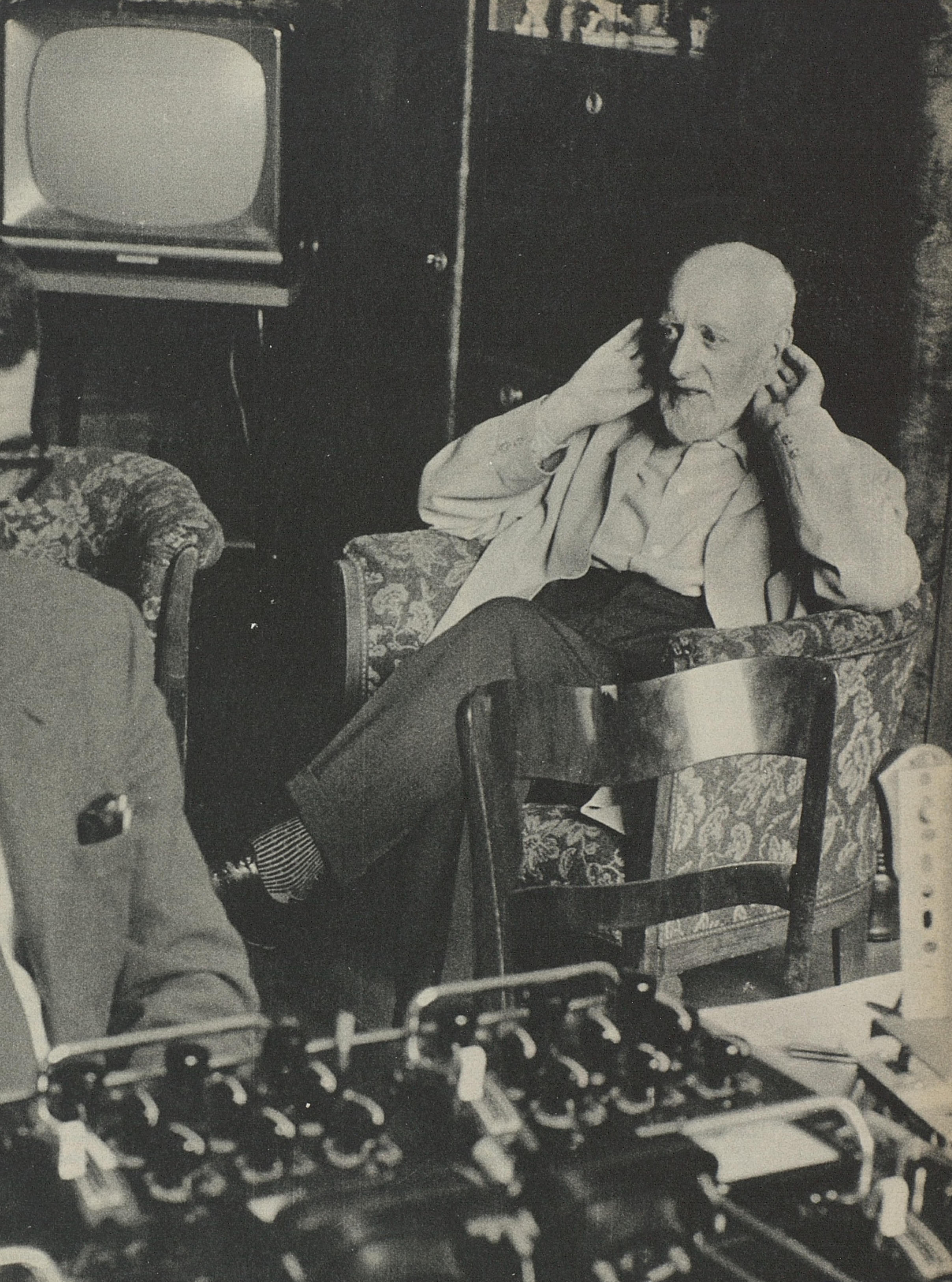 Ernest Ansermet écoute un test d'enregistrement du Chasseur Maudit de César Franck. À l'extrême-gauche Roy Wallace, ingénieur du son de Decca. Une photo faite par Jean Mohr le 25 ou le 26 mars 1961 lors des séances d'enregistrement au Victoria Hall de Genève, cliquer pour une vue agrandie et plus d'infos