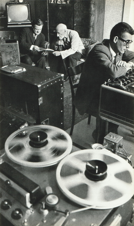Ernest Ansermet écoute un test d'enregistrement du Chasseur Maudit de César Franck. À gauche James Walker (producteur) et à droite Roy Wallace (ingénieur du son) de Decca. Une photo faite par Jean Mohr le 25 ou le 26 mars 1961 lors des séances d'enregistrement au Victoria Hall de Genève, cliquer pour une vue agrandie et plus d'infos