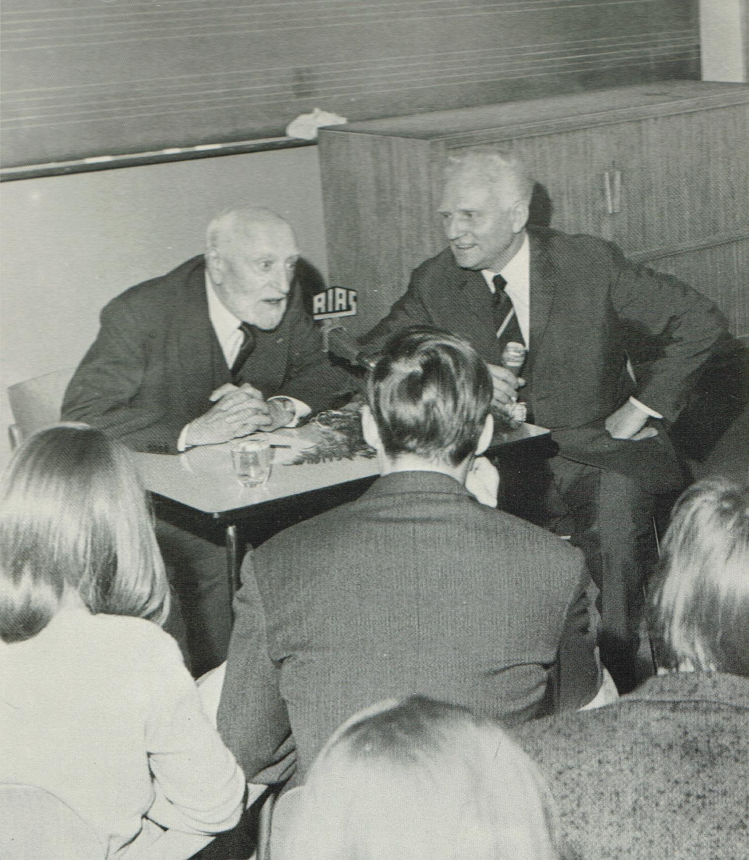 Ernest ANSERMET à Berlin, dans un studio de la RIAS, devant une assemblée de jeunes, avec leur professeur, venus assister à une répétition. Date ??, photographe ??, cliquer pour plus d'infos