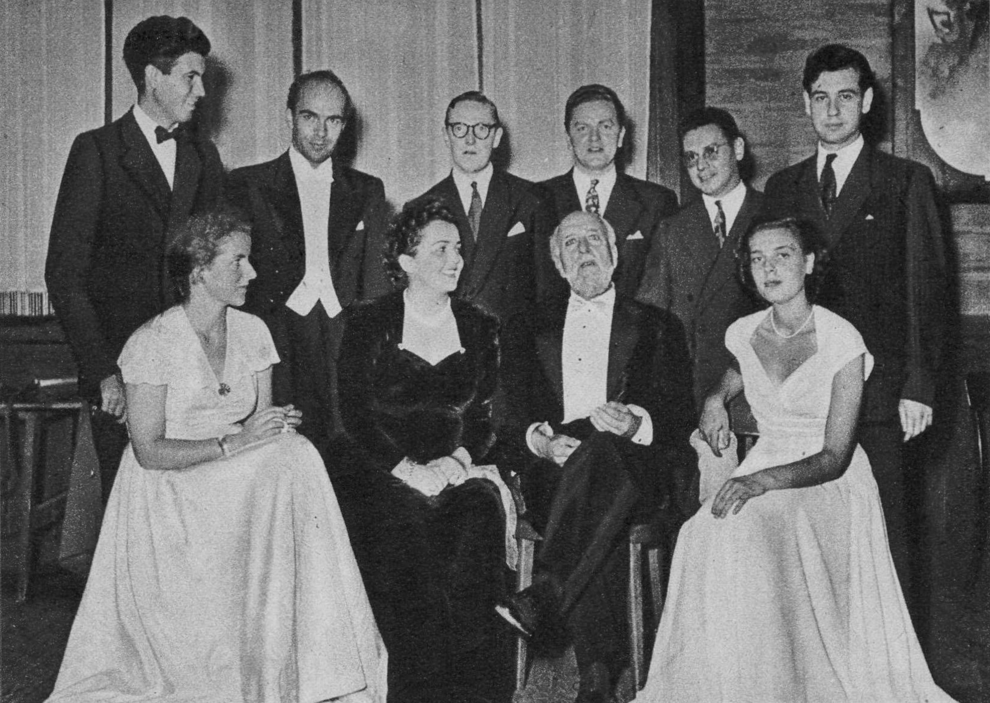 Ernest Ansermet entouré de lauréates et lauréats du CIEM 1949