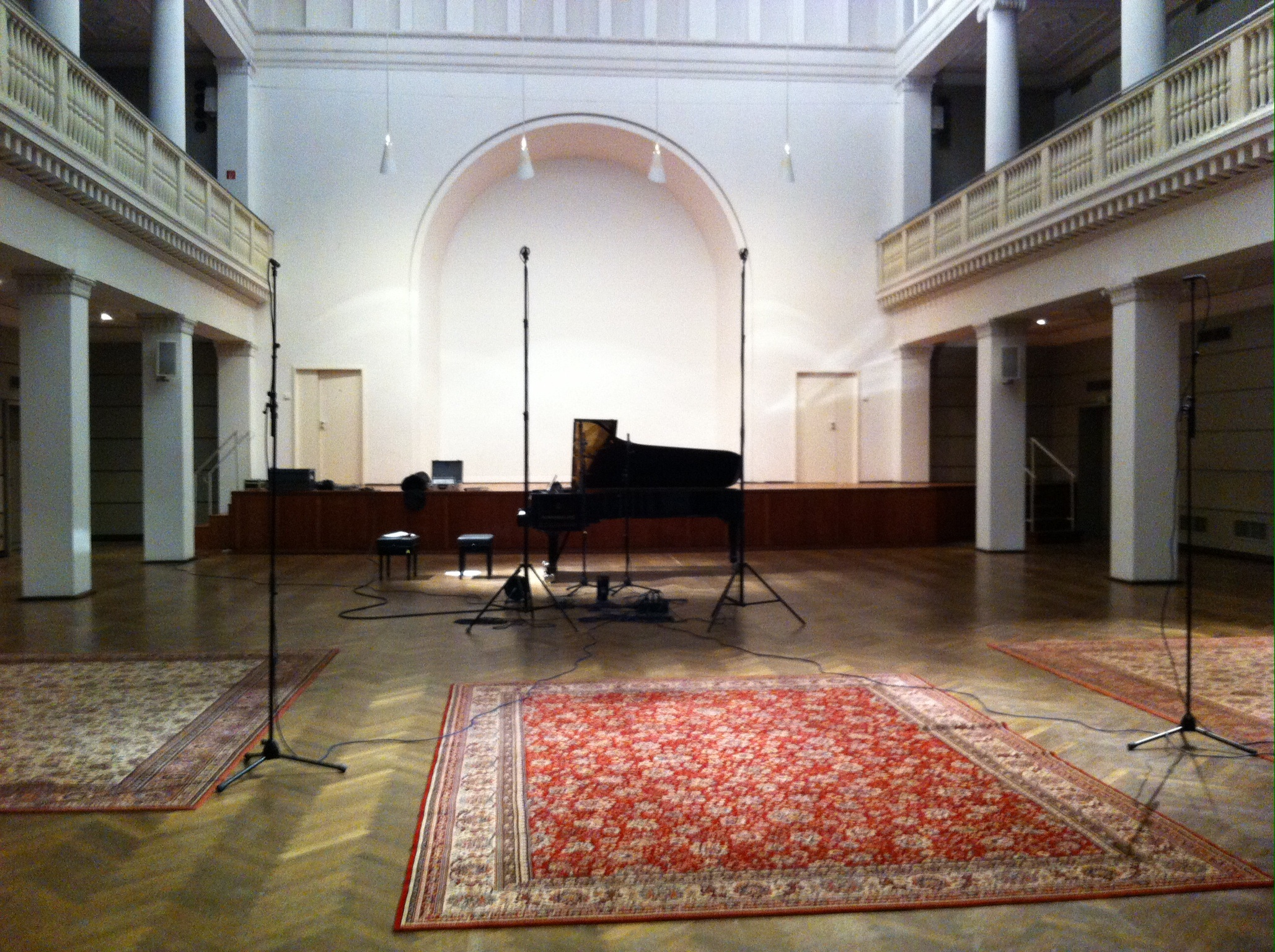 Intérieur de la salle Leibnitz (anciennement Salle Beethoven) de Hannovre en 2013, citée de la page https://www.juliabartha.de/de/2014/01/31/cd-aufnahme-im-beethovensaal-hannover-oktober-2013/