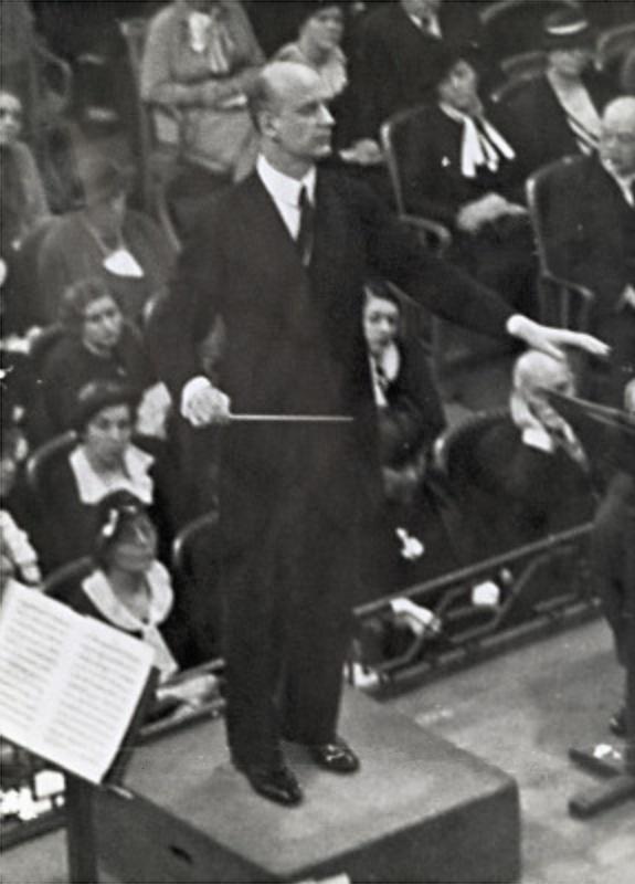 Wilhelm Furtwängler dirigeant l'Orchestre Philharmonique de Vienne dans la «Goldener Saal» du «Musikverein» de Vienne, une photo de Otto Skall faite vers 1935