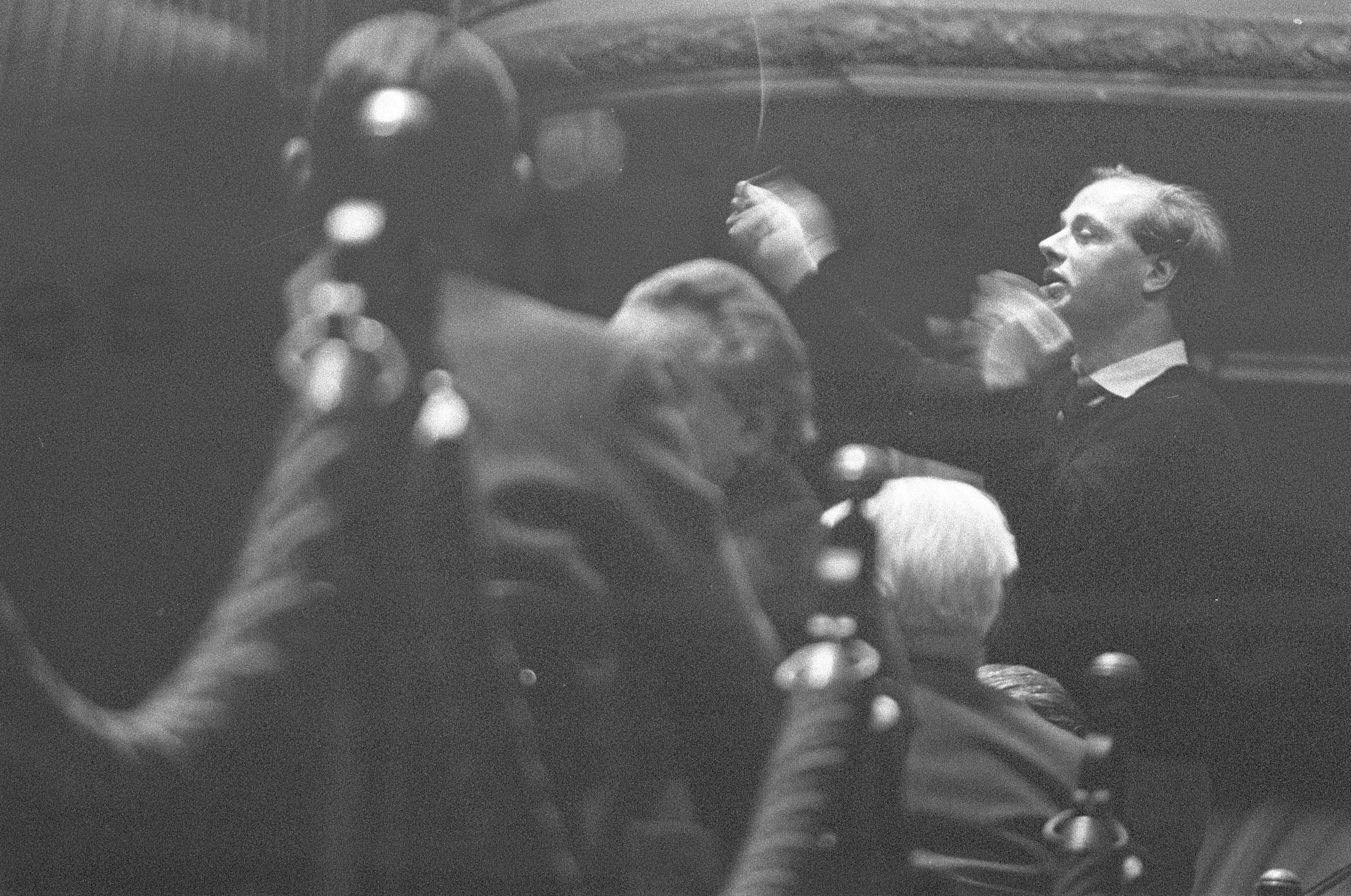 24 mars 1960, Bernard HAITINK répète pour la première fois avec l'Orchestre du Concertgebouw après avoir pris la succession d'Eduard van Beinum, Collection / Archive Fotocollectie Anefo, Photographer Pot, Harry / Anefo, Copyright Holder Nationaal Archief, CC0, Catalog reference number 2.24.01.05, Inventory File Number 911-1193, cliquer pour plus d'infos
