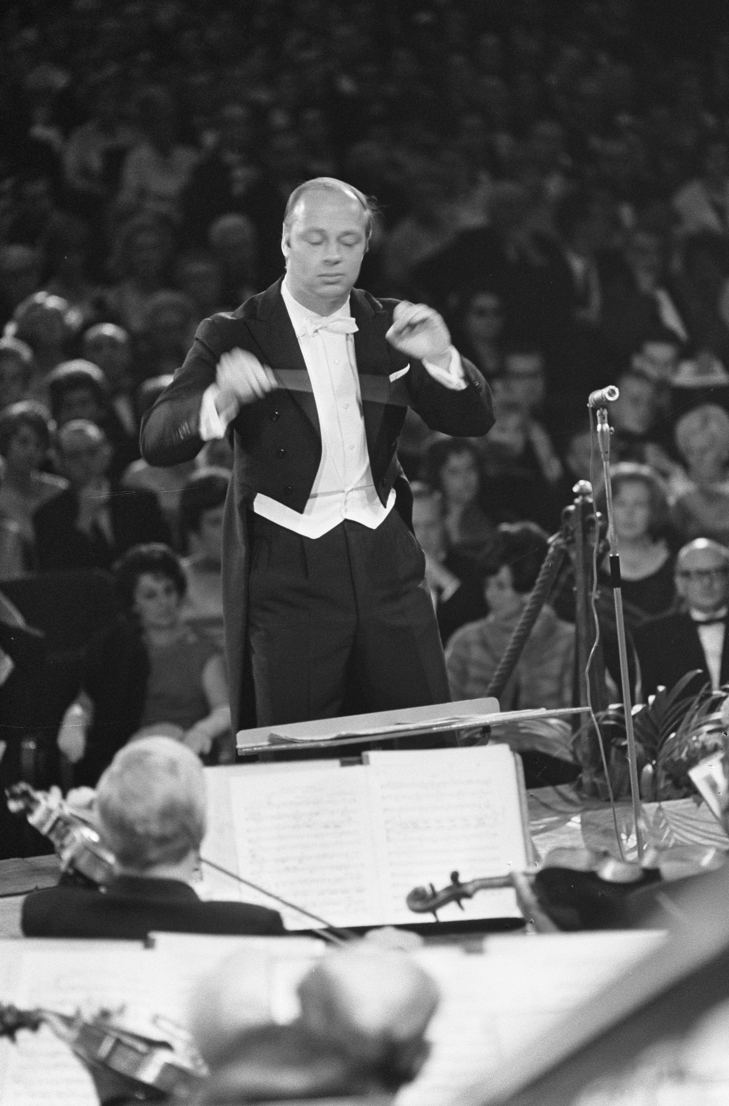 28 octobre 1966, Bernard HAITINK dirige le Amsterdamse Concertgebouw, Grand Gala du Disque 1966, Amsterdamse Concertgebouw, Collection / Archive Fotocollectie Anefo, Photographer Fotograaf Onbekend / Anefo, Copyright Holder Nationaal Archief, CC0, Catalog reference number 2.24.01.05, Inventory File Number 919-7329, cliquer pour plus d'infos