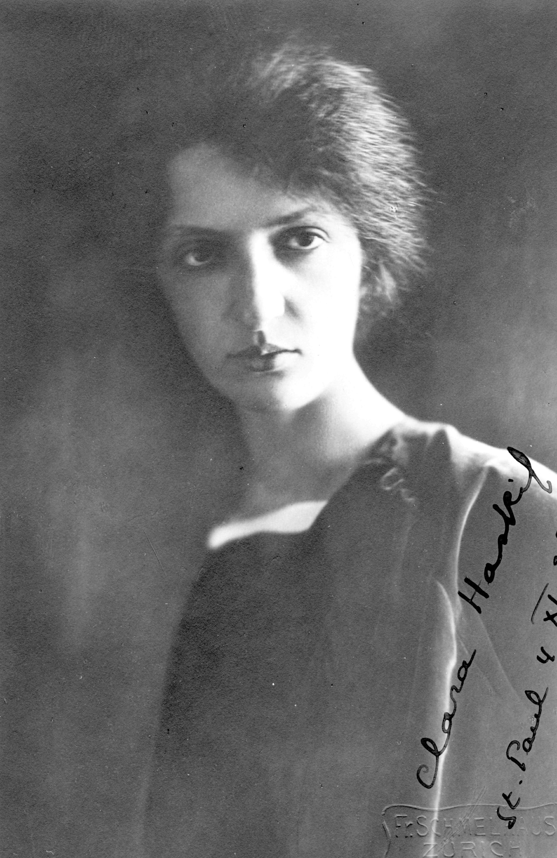 La jeune Clara HASKIL, probablement dans les années 1940 (après qu'elle se soit réfugiée en Suisse), le photographe «Fr.Schmelhaus Zürich» (signature en relief au bas de la photo, à droite) ayant été actif jusque vers 1947, cliquer pour une vue agrandie