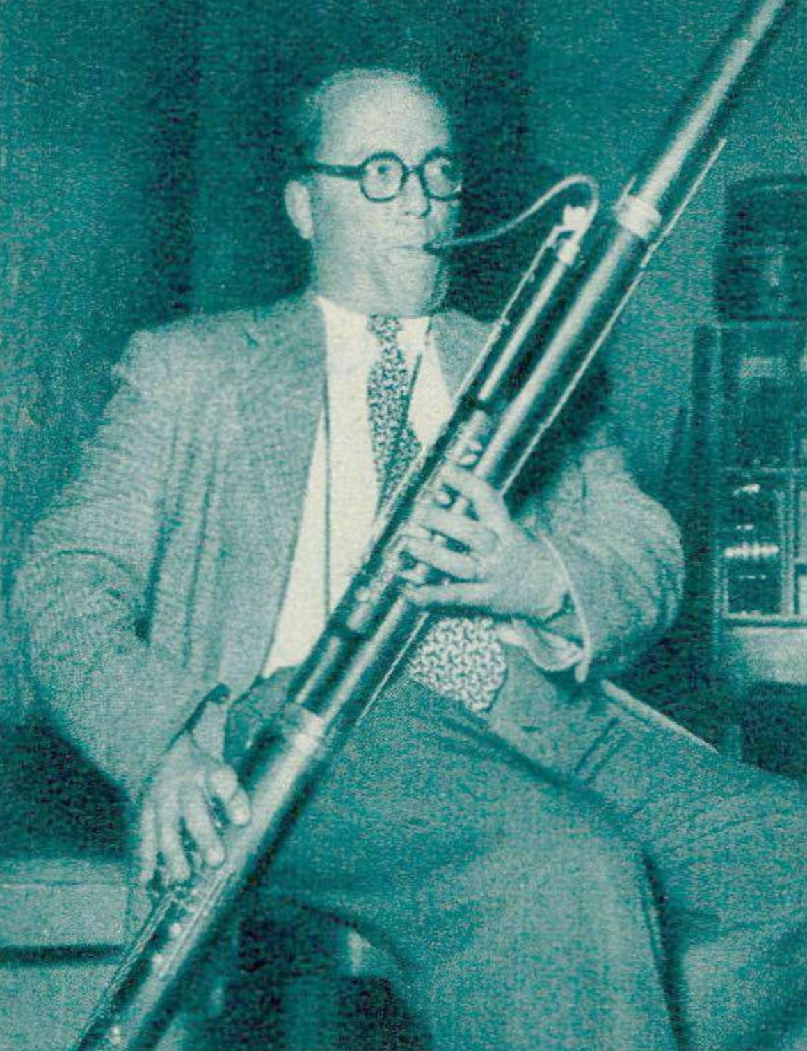 Henri HELAERTS, basson-solo de l'Orchestre de la Suisse Romande, vers 1957 - Photo Bertrand publiée - entre autres - dans la revue Radio Je vois tout, 9 mai 1957, p. 28