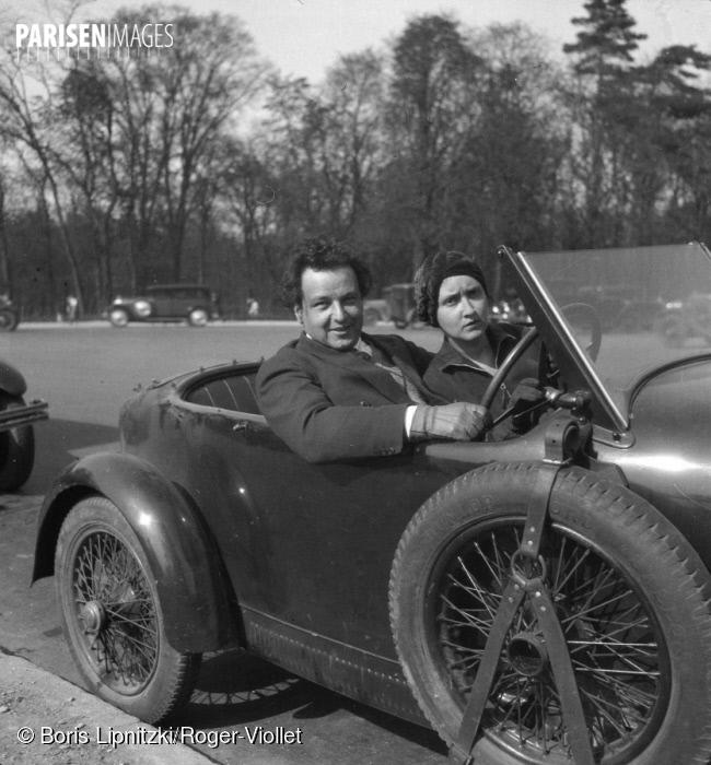 Arthur Honegger avec son épouse Andrée Vaurabourg dans leur Bugatti, vers 1950, ParisEnImages © Boris Lipnitzki/Roger-Viollet, Cliquer sur la photo pour l'original et ses références