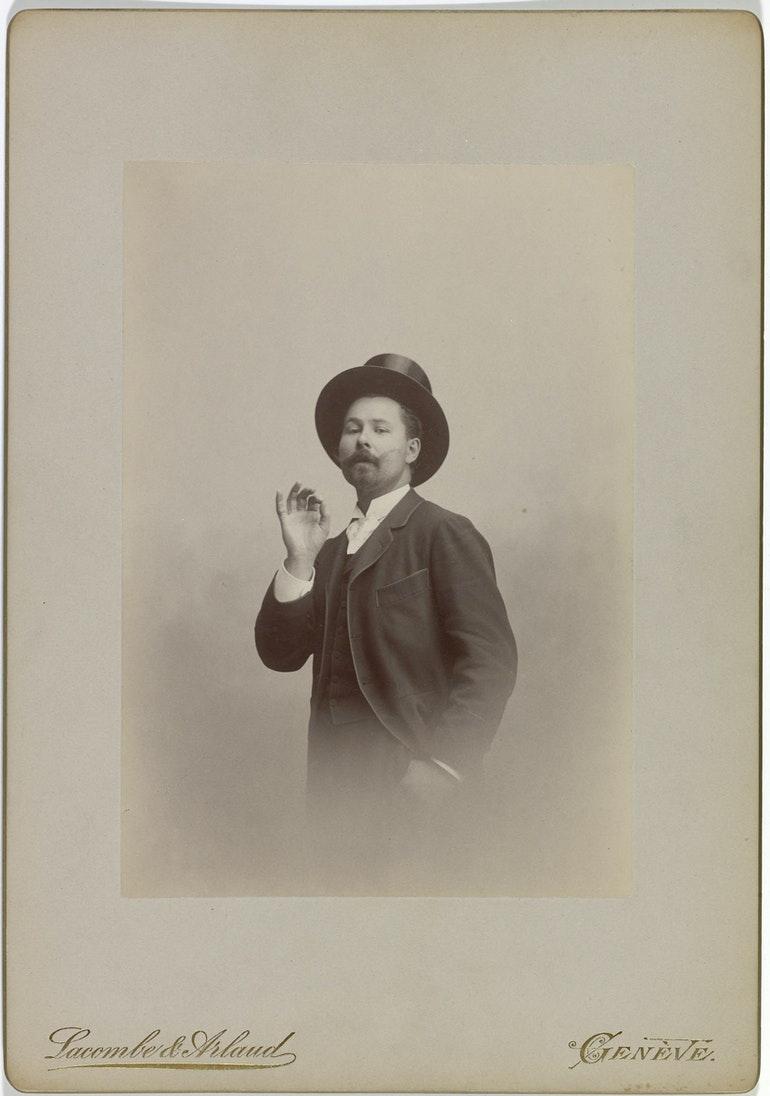 Emile JAQUES-DALCROZE, un portrait fait en 1895 par Lacombe & Arlaud, atelier de photographie, appartenant à la collection de la Bibliothèque de Genève (Epreuve albumine montée sur carton fort), cité de la page https://notrehistoire.ch/entries/QqNWjJgOWkr