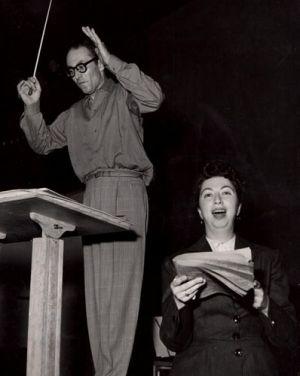 René LEIBOWITZ, 1953, avec Ethel SEMSER lors de l'enregistrement des Gurreliedern à Paris, une photo de Charles Semser