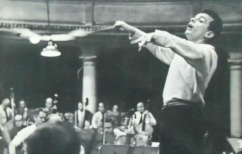 Lorin MAAZEL, dirigeant probablement le Philharmonia Orchestra au début des années 1960, date exacte et photographe inconnus, une photo publiée - entre autres - sur le recto de la pochette du disque Columbia 33 CX 1823