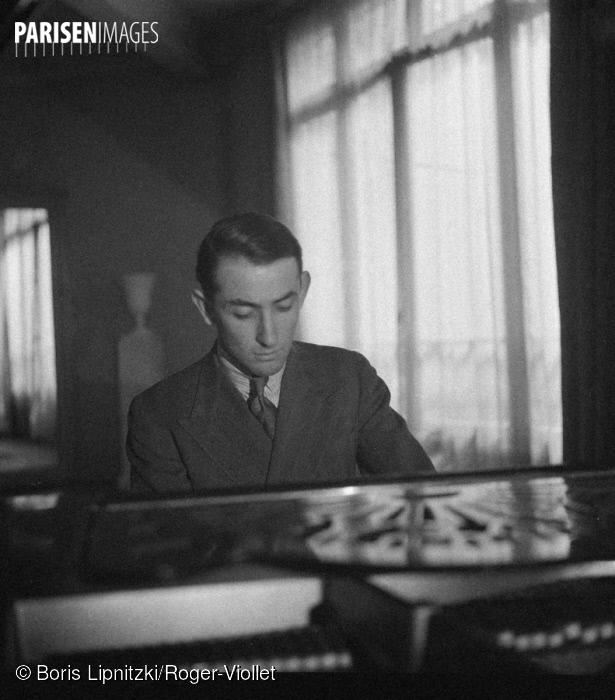 Nikita MAGALOFF, Paris, mai 1937, photo provenant du site ParisEnImages, cliquer pour voir l'original et sa référence