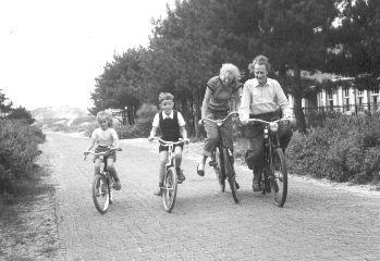 Frank MARTIN avec - de droite à gauche - Driette, Jan et Anne-Thérèse, ses filles resp. son fils, Bergen ans Zee, août 1954, une photo citée du site https://www.frankmartin.org/photos/, Cliquer sur la photo pour voir l'original