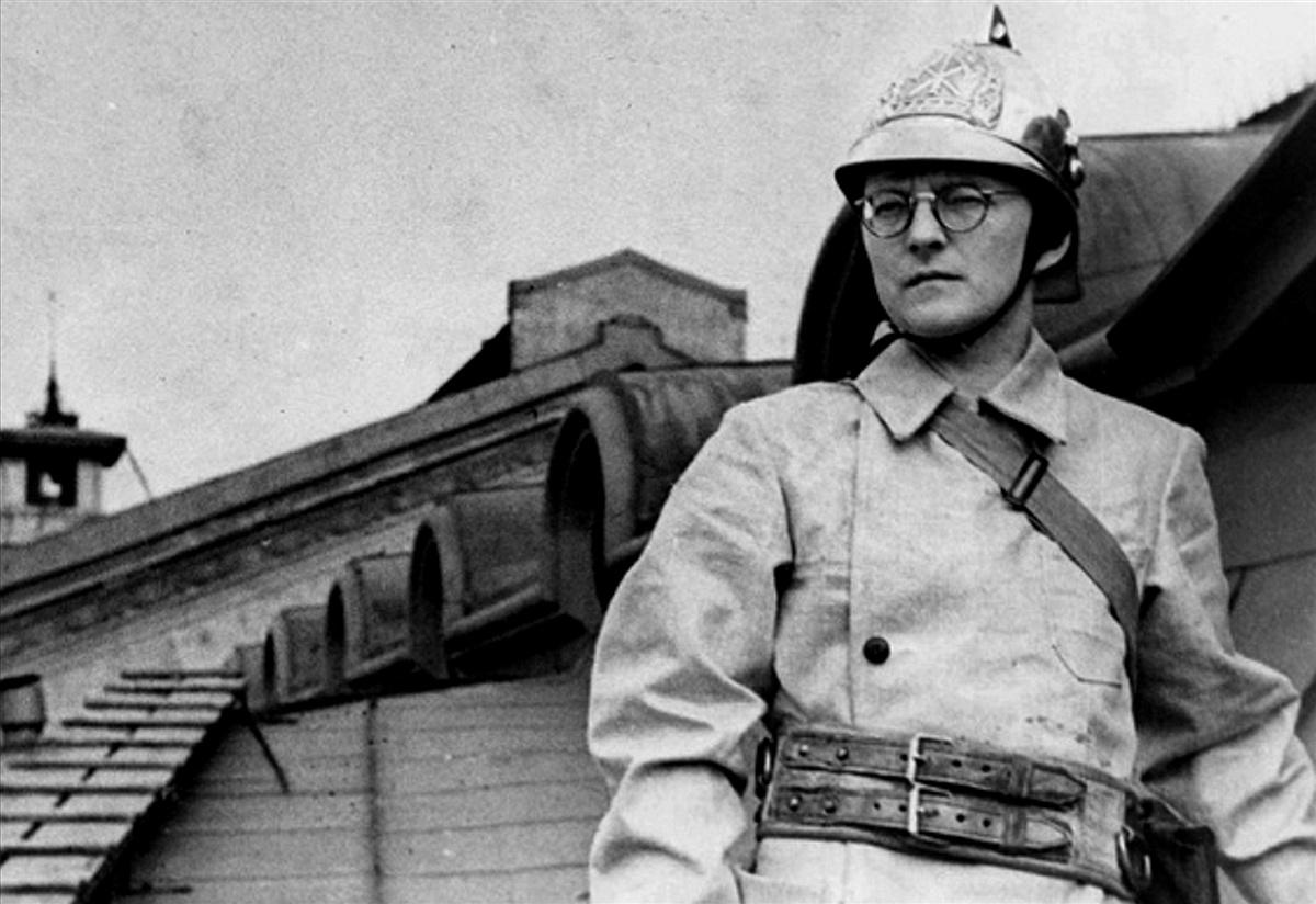Dmitri SCHOSTAKOWITSCH en 1941, engagé dans la protection aérienne en uniforme de pompier sur le toit du Conservatoire de Leningrad, alors qu'il composait cette symphonie