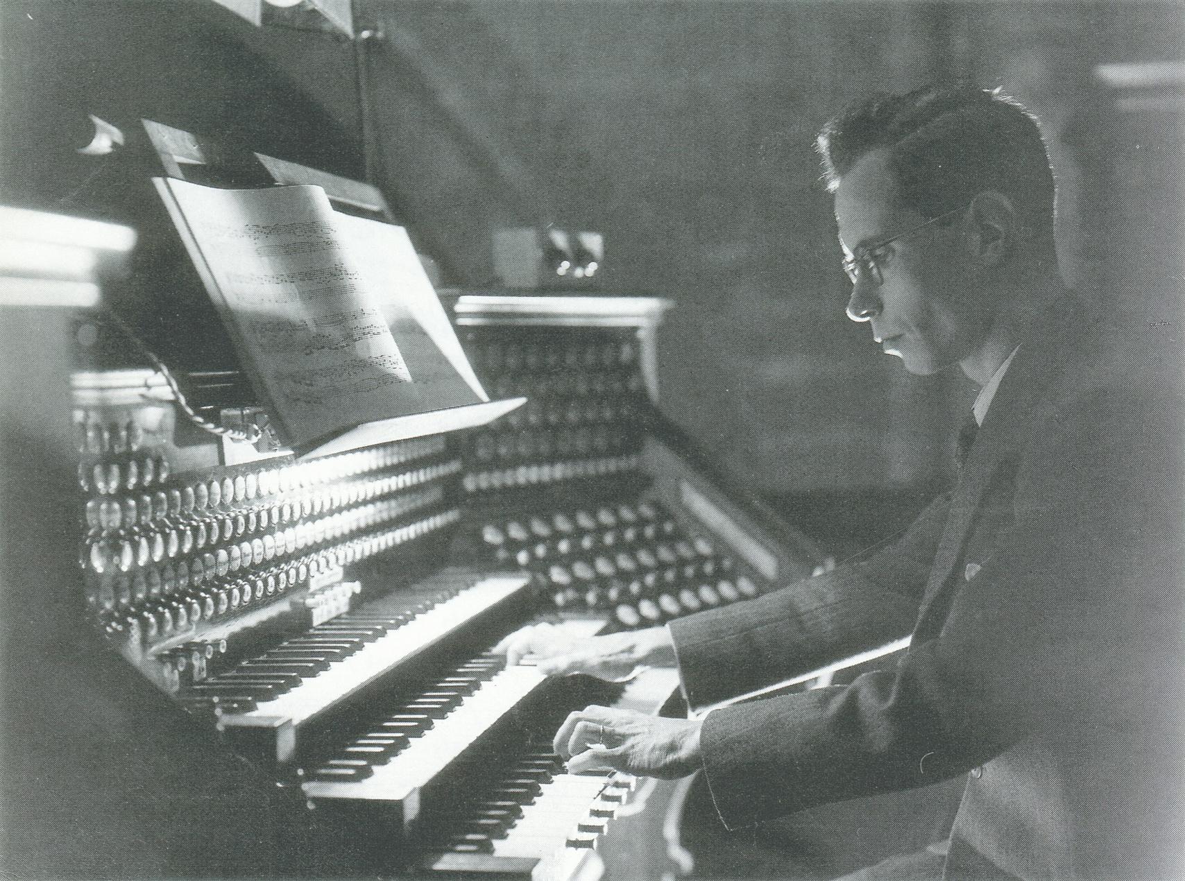 Pierre SEGOND vers 1946 au clavier de l'orgue Tschanun de la Cathédrale Saint-Pierre, une photo de Charles-Gustave Goerge, Cliquer sur la photo pour une vue agrandie et les références