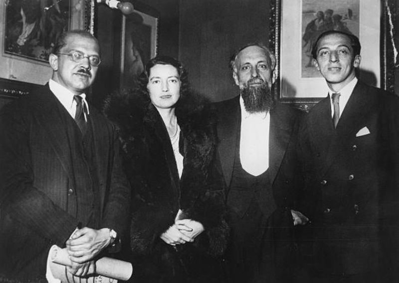 Ernest Ansermet est entouré par les compositeurs américains Aaron Copland - à droite - et Roger Sessions, avec son épouse, à gauche