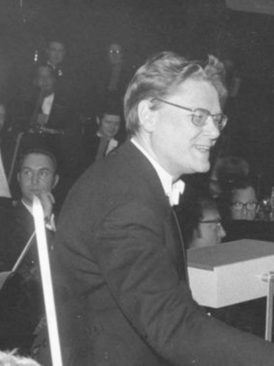Hans ZENDER le 24 mai 1971 à Kiel, extrait cité d'une photo de Friedrich MAGNUSSEN le montrant recevant les félicitations du «Kulturdezernent» Herbert Wollschlager, Cliquer sur la photo pour voir l'original et son contexte